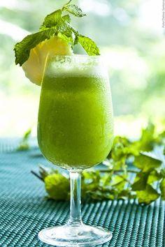 Smoothie Detox de Pepino com Limão. Ideal para o lanche, é saudável, sem glúten, sem lactose, detox e cheia de benefícios para a saúde.