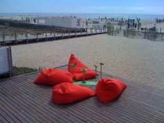 En estos días de verano, playas y vacaciones, mostramos unas fotos que nos han encantado. Pufmania.es ha personalizado el puf lounge para Bar Ar D'Mar, un local de moda portugués. Como podéis ver en estas imágenes, los pufs incluyen el logo, bordado, del Licor Beirão y desde ellos podemos contemplar unas inmejorables vistas: las de la playa y el mar, en Oporto. #pufs #decoracion #verano