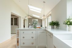 Stunning classic bespoke shaker kitchen by Shere Kitchens Ltd. The peninsula works so well in this narrower kitchen where there wouldn't have been enough room for a large island. Fabulous bespoke kitchen by Shere Kitchens Ltd. Breakfast Bar Kitchen, Narrow Kitchen, Handmade Kitchens, Shaker Kitchen, Kitchen Worktop, Bespoke Kitchens, Kitchen Design, Kitchen Ideas, Bespoke Design