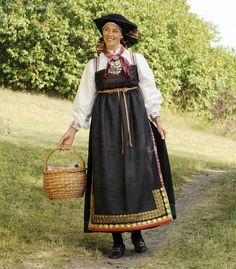 - Magasinet Bunad - Tips en venn Folk Costume, Costumes, Going Out Of Business, People Of The World, Traditional Dresses, Vintage Photos, Norway, Bridal Dresses, Vest