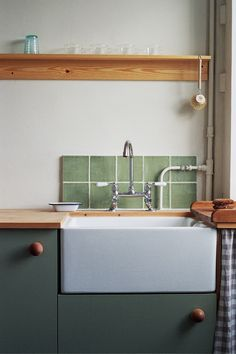 A Vintage-Inspired Apartment in Hackney from Abel Sloane and Ruby Woodhouse of 1934 - Remodelista, A traditional butler sink and faucet sourced from a company in the north of England and a custom backsplash of green tile originally salvaged from a c. Interior Rugs, Interior Modern, Kitchen Interior, Apartment Kitchen, Modern Luxury, Deco Design, Küchen Design, Home Design, Design Ideas