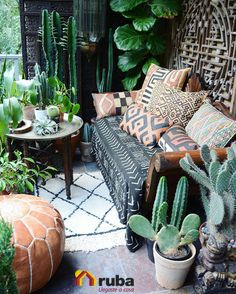 Si tu estilo está en tener lleno de vida tu espacio, esta idea llena de plantitas es lo ideal para ti ¡Ponde verde! #HabitaciónRuba En la siguiente liga te dejamos más ideas de como puedes llenar tu sala de naturaleza http://decoraciondesala.com/fotos-de-decoracion-de-salas-con-plantas/