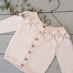Jeg var så heldig å få garn fra @yarndropsnorway ☺og av de nøstene ble det en søt liten #dahliajakke #leneholmesamsøe #yarndropsnorway #dropsgarn #dropscottonmerino #kjærlighetpåpinner #babystrikk #jentestrikk #strikktilbaby #knitting_inspiration #knit #følgstrikkere #knitting #knitted #knittersofinstagram #instaknit #handmade #knitstagram