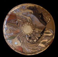 Platou mare din lemn, forma rotunda, decorat cu schlagmetal auriu, creion si culori acrilice..