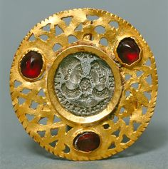 Roman Gold Pendant w/ Silver Seal -- Circa 350 CE -- Gold, silver & garnets -- Royal Ontario Museum. Renaissance Jewelry, Ancient Jewelry, Antique Jewelry, Vintage Jewelry, Roman Artifacts, Ancient Artifacts, Garnet Pendant, Gold Pendant, Roman Jewelry