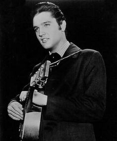 Late october 1956 Elvis haved to re-shut the ending of Love me tender . That scene was filmed in New-York and Elvis have now his hair black.