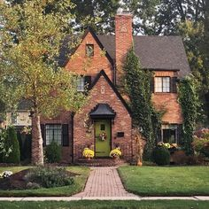 – Better Homes & Gardens: «Fall-dressed curb appeal is the best Casas The Sims 4, Tudor House, Tudor Cottage, Brick Cottage, Cottage Style, Tudor Style Homes, Cute House, Sims House, Cottage Homes