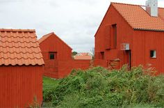 Sands hus sparsmakat i rött Wood Architecture, Minimalist Architecture, Sand House, Cluster House, Timber Cladding, Pole Barn Homes, Small Buildings, Swedish House, Village Houses