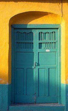 yellow turquoise + yellow = yes please turquesa + amarelo = sim por favor Murs Turquoise, Turquoise Door, Yellow Turquoise, Blue Yellow, Teal Door, Yellow Walls, Aqua Color, Entrance Doors, Doorway