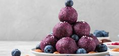 Looking for the perfect snack to fill up between meals? Make these zesty lemon blueberry energy balls in less than 10 minutes! Raw Vegan Recipes, Vegan Vegetarian, Weekend Meal Prep, Filling Snacks, Energy Balls, A Food, Food Processor Recipes, Blueberry, Lemon