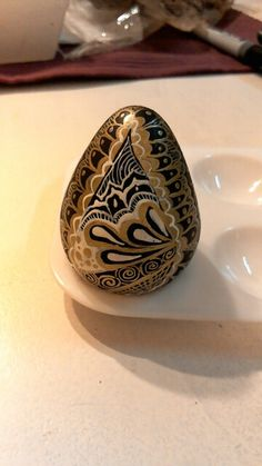 Huevo de resina decorado con tinta china.