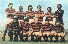Flamengo 71 Em pé: Chiquinho, Rodrigues Neto, Reyes, Onça, Paulo Henrique e Ubirajara Alcântara;  Agachados: Fio Maravilha, Zé Eduardo, Samarone, Cabralzinho e Zico.