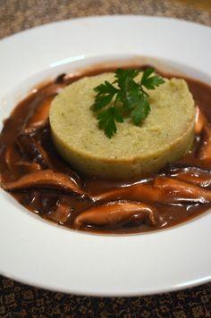 Polenta verde de espinafre ao molho de shitake ao vinho e shoyo