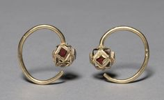 5th c. Ostrogothic gold with garnets earring (1 3/8 x 1 3/8 x 3/8 in.) - Cleveland Museum of Art 1975.48.2