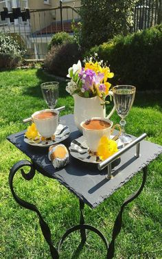 A beautiful treat. Coffee And Books, I Love Coffee, My Coffee, Coffee Drinks, Coffee Cups, Brown Coffee, Good Morning Coffee, Coffee Break, Art Cafe