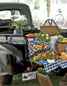 Catered by the local general store, appetizers were served picnic-style from the tailgate of a 1948 Ford pickup. Picnic baskets, yes. Truck, no. Comida Picnic, My Big Fat Gypsy Wedding, Dream Wedding, Wedding Summer, Fingers Food, Lifestyle Fotografie, Picnic Style, Country Picnic, Picnic Theme
