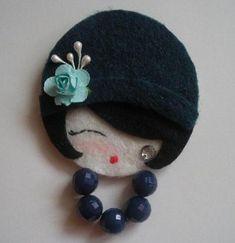 rosto de daminha em feltro com chapéu e rosa