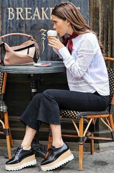 Look con flatforms mocasines oxford skinny jeans capri jeans pañuelo rojo blusa blanca Look Fashion, Girl Fashion, Autumn Fashion, Fashion Outfits, Womens Fashion, Office Outfits, Casual Outfits, Cute Outfits, Oxford Shoes Outfit