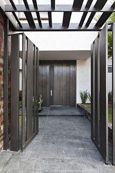 Casa Sorteo Tec No. 191 is a private residence designed by Arq. Bernardo Hinojosa, located in Monterrey, México. Photos courtesy of Arq. Front Gate Design, House Gate Design, Door Gate Design, Fence Design, Modern Architecture House, Facade Architecture, Door And Window Design, Door Entryway, Modern Fence