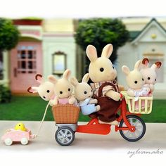 Passion Sylvanian Families et miniatures au crochet - Les ateliers Kokobohème Sylvanian Families, Beanie Babies, Kawaii, Calico Critters Families, Cute Family, Cute Toys, All Things Cute, Toy Boxes, Childhood Memories