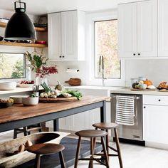 Ahşap parçalarla mutfağınıza sıcak bir etki katabilirsiniz. #marieclairemaison #marieclairemaisontr #house #home #trend #deco #decor #decoration #color #ideas #design #interior #interiordesign #furniture #furnituredesign #apartment #style #space #art #stylish #arrangement #cool #bestoftheday #pictureoftheday