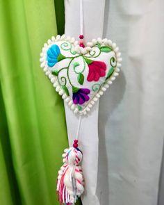 No hay descripción de la foto disponible. Embroidery Hearts, Felt Embroidery, Hand Embroidery Stitches, Cross Stitch Embroidery, Cross Stitching, Xmas Baubles, Needle Felting Tutorials, Flower Pillow, Diy Hair Bows