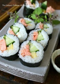 Here are some amazing, easy and affordable Sushi recipes. Why go out for expensive sushi when you can make delicious rolls of your own at home? Check out these 10 recipes! Oshi Sushi, Sushi Comida, Sushi Roll Recipes, Cooked Sushi Recipes, Healthy Recipes, Seafood Recipes, Cooking Recipes, Recipes Dinner, Sushi At Home