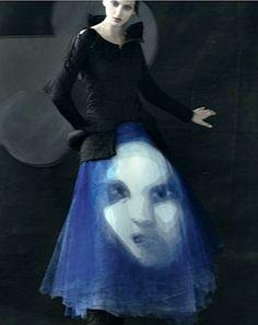 photo de mode : Sarah Moon, 2011, pour AnOther 21 Magazine, FW, bleu-noir, jupe-visage, 2010s