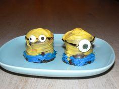 Minions getrakteerd op school. De gele chocolade moest heel snel op de negerzoenen worden gesmeerd. Want anders smolten de zoenen.