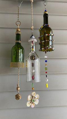 Wine Bottle Chimes, Glass Bottle Crafts, Wine Bottle Art, Diy Bottle, Wine Bottles, Diy Wind Chimes, Glass Wind Chimes, Carillons Diy, Diy Art Projects