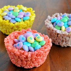 Easter: Rice Krispies M-&-M Cups.All you do is make a traditional Rice Krispies Treats recipe, add some food coloring and shape the treats (while still warm) in large muffin tin cups. Then, add a bit of frosting and m & m's on top! Rice Krispies, Rice Krispie Treats, Hoppy Easter, Easter Eggs, Easter Food, Easter Bunny, Easter Deserts, Holiday Treats, Holiday Recipes