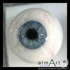 Ojo realizado por u a alumna de la escuela de escultura profesional almArt.  En resina de poliester.