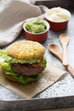 Paleo Hamburger Broodjes- Daar zijn ze dan! Toen ik tijdens de Paleo Convention in Berlijn een hamburger met een 'echt' (paleo) broodje at en dat liet zien, werd ik nog net niet gebombardeerd met de vraag of ik…