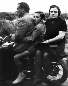 William Klein - Sainte famille à moto, Rome 1956.