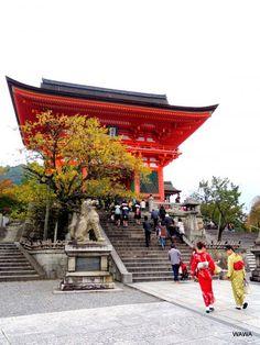 カメラをポケットに京都駅から七条通、七条通から本願寺、本願寺からは正面通で鴨川を渡り清水寺まで歩いて見ました。