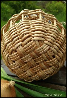 Diy Crafts Jewelry, Diy Crafts To Sell, Home Crafts, Paper Basket Weaving, Willow Weaving, Newspaper Basket, Newspaper Crafts, Sewing Baskets, Wicker Baskets