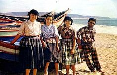 Nazare mulheres praia barcos Portuguese Culture, Foto Real, Terra, Boat, Costumes, Beautiful, People, Magazine, Traditional