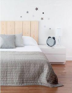 Cabecera sencillo listones. Mesita lineas simples. Combinación colores de la cama.