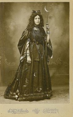 Fostoria the Witch had great flair but little understanding of proper Witchy attire.