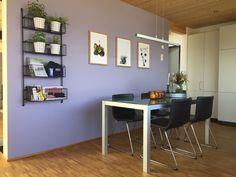 Neu gestaltete Küche in Lila mit ergänzendem Regal und Bildern Corner Desk, Modern, Furniture, Home Decor, Environment, Lilac, Cozy Living, Cosy House, Detached House
