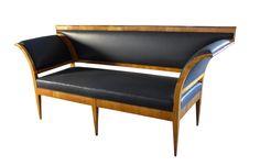 Dieses antike Biedermeier Sofa steht zum Verkauf.