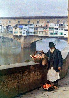 Marchand de grenades - Un venditore di melograni davanti a Ponte Vecchio, Firenze. Autochrome.