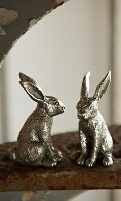Sweet hare salt and pepper shakers.