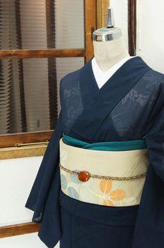 凛とした気品ただよう濃紺地に、涼やかに浮かび上がる紅葉や桔梗、尾花などの秋の草花が美しい絽の夏着物です。 #kimono
