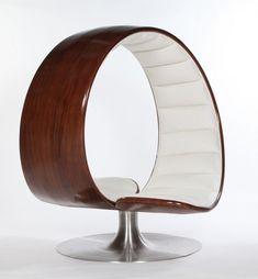 Gabriella Asztalosによって作られた椅子。「THE HUG CHAIR」半円に下の部分がぐいっと横に曲げられたような形をしている。まるで包まれているような感覚を得られる。二人掛けでも楽しめる。