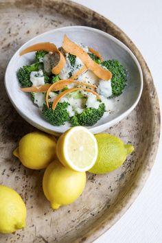 Broccolisalat - Opskrift på Lækker Broccolisalat Broccoli, Thai Red Curry, Cantaloupe, Avocado, Healthy Eating, Vegan, Pure Products, Fruit, Ethnic Recipes