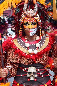 """Las fiestas de moros y cristianos de Villena se celebran del 4 al 9 de septiembre en honor a """"La Morenica"""" nuestra Virgen de Las Virtudes. Quiero compartir 3 motivos para que nos visites y pu…"""
