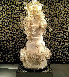 The finer details 😍 @carolbuarquecakeboutique #RoyalCake #wedd_me_lena
