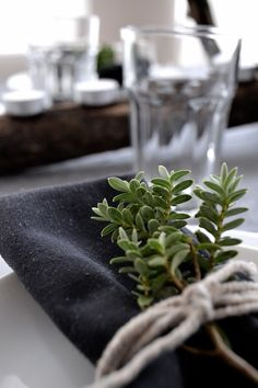 Showing you my idea of a festive yet simple black and white table setting for Christmas with some rustic natural elements. Natural Christmas, Christmas Mood, Scandinavian Christmas, Modern Christmas, White Table Settings, Christmas Table Settings, Christmas Tablescapes, Summer Table Decorations, Wedding Table Centerpieces