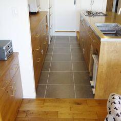 """86 Likes, 7 Comments - cocoyukoここゆこ (@cocoyuko___) on Instagram: """"キッチンの床と洗面所の#フロアタイル 、この色にしてよかったと思う * 濃いめのグレーのフロアタイルに白ラインをいれてもらって、かっこいいです * お手入れもとっても楽チン❕ *…"""""""